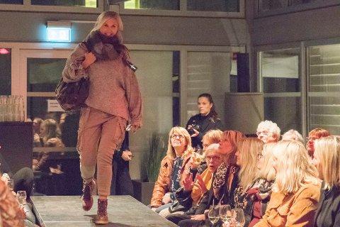 MOTESHOW: Else Karine Pjåka Carlsen og andre lokale damer var modell på damekvelden på fengselet.
