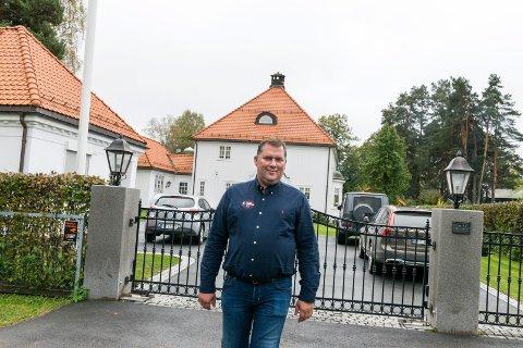 HØY PRISKLASSE: Jensen Bygg-team har bygget rundt 50 luksusboliger i Oslo-området. Her er Atle Klette Jensen utenfor sin egen herskapelige enebolig i Hønefoss.