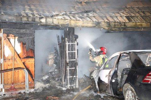 BRANN: Både garasjen og bilen må anses å være totalskaddd i brannen ved Tyristrand fredag kveld.