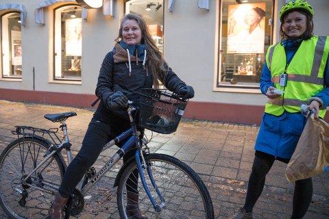 SYKKELLYS: Eva Maria Penuela manglet lys på sykkelen. Tirsdag morgen var det aksjon for å sykle trygt. Hun fikk verken bot eller kjeft, men nytt lys og bolle. - Veldig bra aksjon, sier Eva Maria som får lys av Bente Elsrud Anfinnsen.