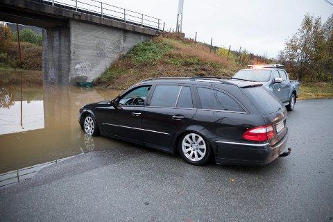 STOPP: Litt lenger kom denne bilen før det ble bom stopp. Bilen ble tauet tilbake, men vil ikke starte.