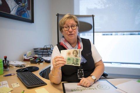 UTGÅTT: Pengene kan fremdeles settes inn på konto via  innskuddsautomaten, sier Vigdis Kittilsen Fossholm i Hønefoss Sparebank.