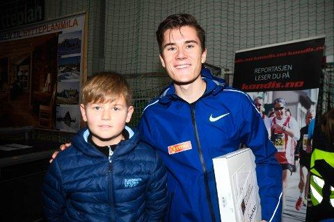 INTERVJUET VINNEREN: Tinius Hansen (11) traff Jakob Ingebrigtsen og fikk intervjue han.