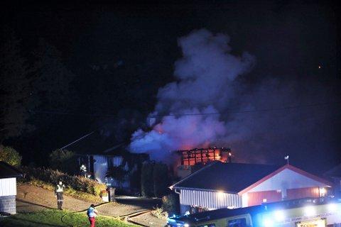OVERTENT: Et bolighus på Røyse er natt til onsdag overtent. Alle beboere er ute av huset.