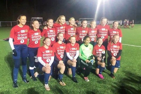 KRETSMESTERE: Fornøyde jenter sikret Holeværingens J17-lag kretsmesterskap.