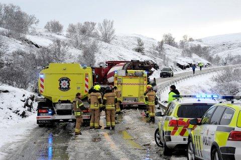 DØDSULYKKE: Tre personer mistet livet i en trafikkulykken på E6 ved Kongsvoll i Oppdal i Trøndelag fredag. Én av de omkomne er fra Jevnaker, mens én mann fra Ringerike er kritisk skadet.