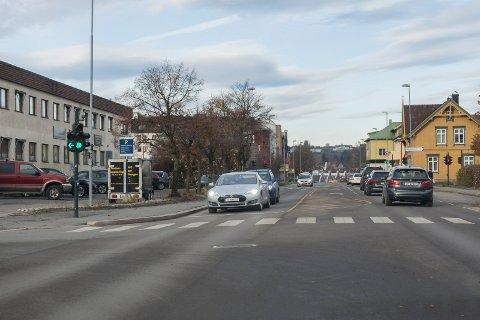 GRØNT BEGGE VEIER: Grønn pil inn mot Stangs gate kan gi falsk trygghet. Her har nemlig motgående trafikk også fått grønt lys. Men føreren av bilen på bildet var svært hensynsfull, og slapp over trafikken til Stangs gate.