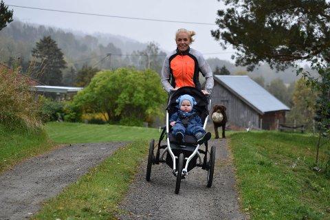 LØPER: Maren Nordli Lunner er ofte på løpetur med sønnen Kristian. Bikkja Brownie er ikke så glad i trim, men hun er glad i ball.