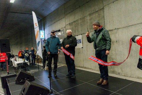 SNORKLIPPER: Christian Rønneberg ble trukket ut til å klippe snora inne i Bjørnegårdstunnelen. Flesteparten av de flere hundre fremmøtte var med i trekningen.