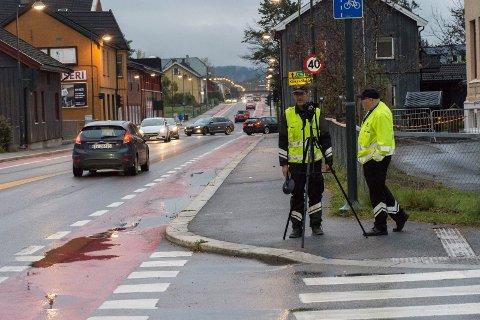 KONTROLL: Lys og dekk var det Statens vegvesen var ute for å kontrollere i Hønengata tirsdag kveld.