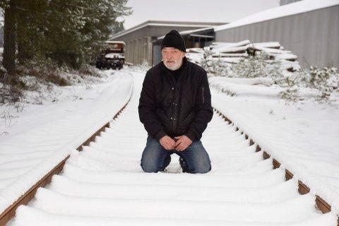 PÅ SPORET: Trond Pålerud skulle gjerne ha sendt mer gods med jernbane. Her er han på Helge R. Olsen & Sønns nye jernbanespor.