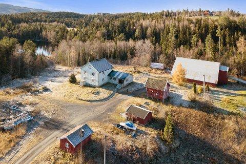 LANDLIG: Dette småbruket er til salgs øst i Jevnaker.
