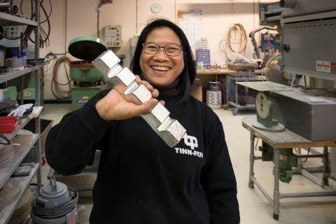 TINNBARRER: Olivia Hafnor fra Røyse og Manila, er daglig leder og hos Tinn-Per på Helgelandsmoen. - Vi er en liten, men effektiv bedrift som klarer å konkurrere med utlandet. Det er ikke så ofte norske produksjonbedrifter gjør, sier Olivia som egentlig er pølsemaker.