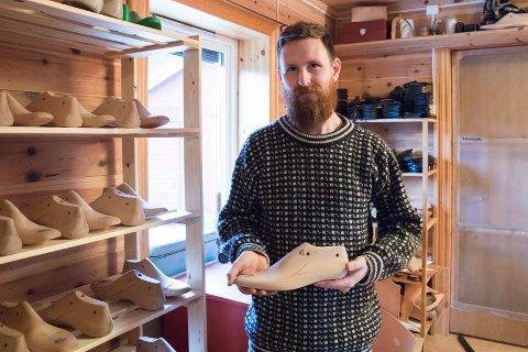 BOOT MAKER: Lars Jensen i Åsa lager eksklusive sko for sitt eget varemerke Østmo Boots. - Min tippoldefar var skomaker i Åsa, og da jeg fant gamle lester og redskap etter han, begynte jeg å lære meg faget.