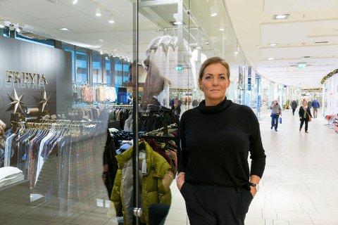OPPTUREN UTEBLE:  Solveig Bull driver klesbutikken Freyja på Sandvika storsenter i Bærum. Bildet er tatt tidligere.