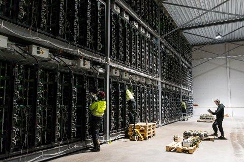 UTVINNER BITCOIN: Her jobber teknikerne med vedlikehold av i datasenteret på Follum. Maskinene jobber med å utvinne den digitale valutaen bitcoin.