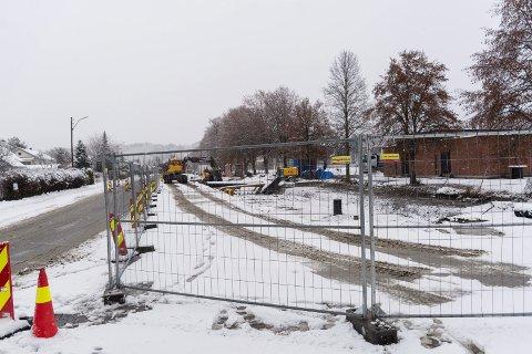 GRAVING: Her legges det nye avløpsrør. Torsdag var Ringeriksgata stengt på grunn av gravearbeidene.