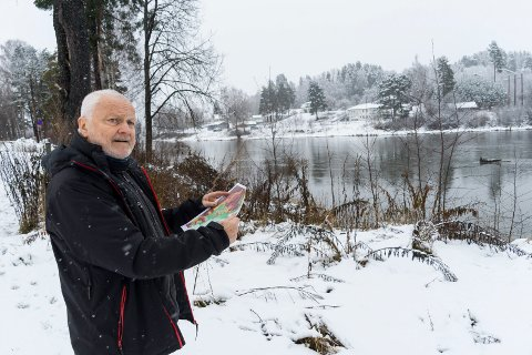 SKEPTISK: Bjørn Tore Larsen ser over mot Hjertelia og Støalandet. Kartet han har med seg viser at risikoen for leirras er stor nok til at han fraråder bygging av ny bydel i området.