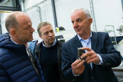 VISTE FRAM BEDRIFTEN: Ola Tronrud (til høyre) forteller om hvordan Tronrud Engineering jobber med 3D-printing for NHO-direktør Ole Erik Almlid (til venstre). Jevnaker-ordfører Morten Lafton følger med.