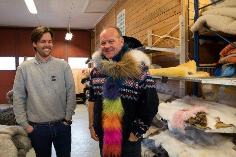 HUMOR: Latteren sitter løst i Skinnlåven. Teodor og Ole Einar Gjerde er henholdsvis fjerde og tredje generasjon skinnspesialister. - Det er flere utenfor Ringerike som vet hva vi selger. Få vet at vi er Skandinavias største skinnbedrift av vårt slag, sier far og sønn Gjerde.