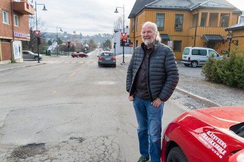 LYSKRYSSET MED STOR L: Før dette lyskrysset i Hønengata ble etablert på 70-tallet, reiste Svein Magne Slåtsveen til Drammen eller Oslo for å trene på lyskryss med elevene sine.