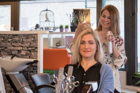 IDYLL: Frisørene Linda Sjåstad og Anette Gunderhuset er nå i samme frisørsalong.