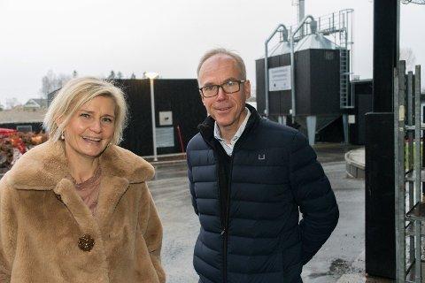 AVFALLSSORTERING: Steinar Aasnæss konstaterer at Cecilie Laeskogen og Sundvolden hotel driver en foregangsvirksomhet når det handler om avfallssortering. Her sorteres det i mer enn 20 fragmenter.