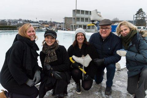 SKØYTEBANE: En ny isflate midt i byen er gladnyheten disse kan presentere: Anette Tronrud (Trondrud Eiendom), Linn Marie Hallum (Ringerike Næringsforening), Jenny Hols (Ringerikskraft), Runar Krokvik (Sparebankstiftelsen Ringerike) og Kristin Ranem Rønsdal (RNF).