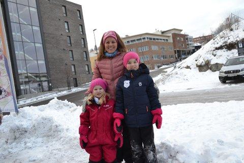 SÅ LENGE JEG KAN HUSKE: Lene Skjørvold Alexandersen (35) har gått ribbemarsjen så lenge hun kan huske. Her med døtrene Eline (5) og Madelen (8). Etter årets ribbemarsj fikk Lene utmerkelse for deltagelse i ribbemarsjen i 25 år, selv om hun også har vært med i mange år, før registreringen begynte.