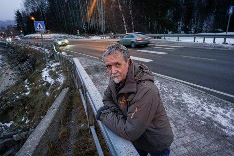 SKUFFET: Ivar Sandlands kone ble påkjørt i gangfeltet over hovedveien mellom Coop og Glassverket på Jevnaker. Nå kan det se ut som at det ikke kommer ekstra lys her før i 2022.
