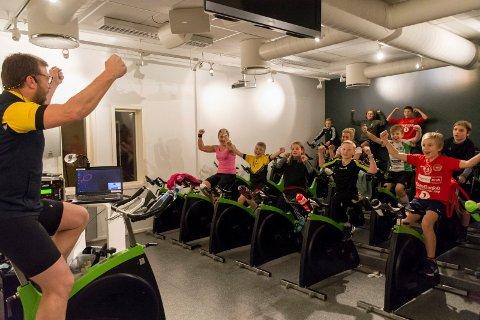 STOR STEMNING: Øyvind Langvandsbråten får fart på pedalene til de fleste, og får også stemningen til vært.