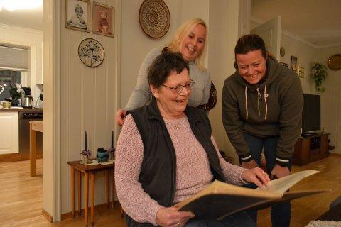 HAR DET GØY: Bodil Haugen (75), Hege Vatland (43) og Line Eriksrud (45) er alle medlemmer av Jevnaker Sanitetsforening. Her har de det moro, når de leser i protokollen fra 1914.