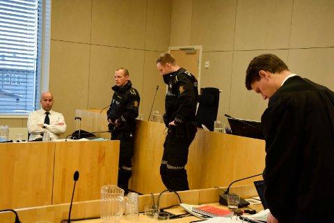 VAKTHOLD: Aktor, konstituert statsadvokat Åsmund Yli, sørget mandag ettermiddag for å få politivakter i retten under behandlingen av straffesaken etter knivstikkingen utenfor Hønefoss skole. Til høyre står tiltaltes forsvarer, advokat Vegard Hunstad.