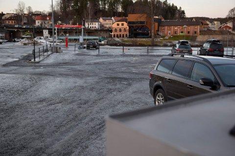 TIPPEN: – Parkeringsplassen, bensinstasjonen og gatekjøkkenet i enden av fossen nærmest skriker av midlertidighet, skriver Jan B. Fossum.