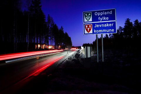 SLUTT: Skiltene som markerer skille mellom Buskerud og Oppland fylke blir borte. Nå vil begge kommunene tilhøre Viken fylke.