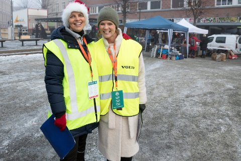 JULEMARKED: Linda Mohold Nordgården og LinnMarie Hallum er klar for storinnrykk av utstillere til julemarkedet. Det skal fylle sentrum i tre dager.