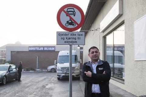 - DETTE ER VÅR PLASS: Styreleder Bakhtijo Kuzibajev i Hønefoss Taxi er lei av at varelevering kjøres over denne plassen ved Kong Rings gate i Hønefoss sentrum.