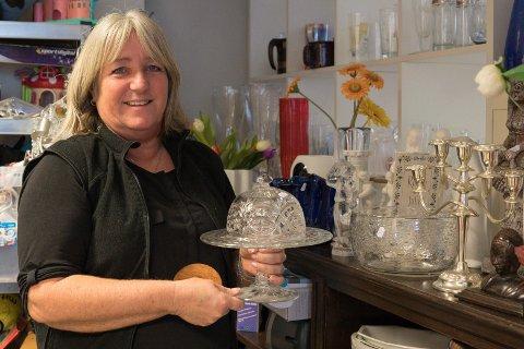 BRUKT: Anne Finnerud i Blå Kors-butikken forteller at det er en økende trend at folk kjøper julegavene i bruktbutikken. - Det er blant annet penere glassgjenstander vi selger som julegaver, sier Anne.