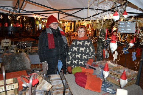 SOLGTE GODT: Allerede før åpningen hadde Unni Ekaas (45) og Marianne Breien (67) fått solgt unna en del nisser.
