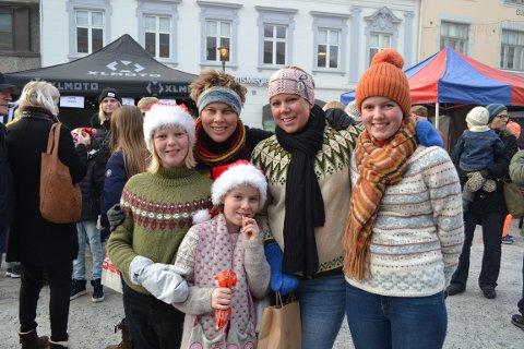 FAMILEKOS PÅ MARKED: Pernille Brodahl Møller (8) koste seg på Søndre torg med familien. Bak Pernille, fra høyre, Amalie Brodahl Møller (10), Anne Grete Brodahl Øverlid (35), Line Brodahl Øverlid (36) og Mathilda Brodahl Møller (12)