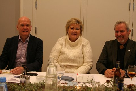 GOD STEMNING: Det var god stemning og fotballprat da statsminister Erna Solberg deltok på avslutnings arrangementet til Per Berger. Legg merke til treskjæringen den tidligere ordføreren bærer i skjortekragen, det er hans nye hobby.
