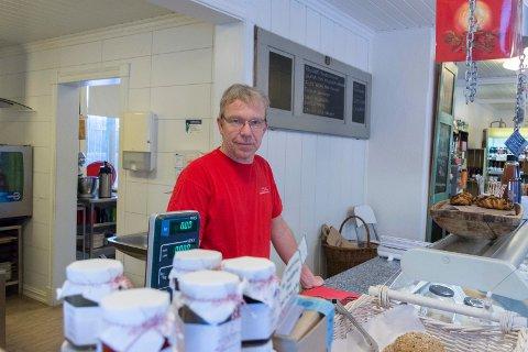 DRIVER BUTIKK: Ola Freitag driver delikatesseforretning i Jevnaker sentrum. Han ser at det blir flere innbyggere på stedet, men synes for få handler lokalt.
