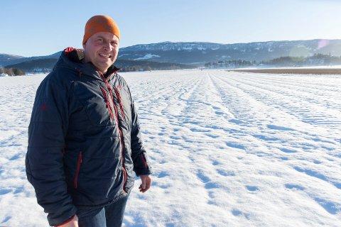 RAMMES AV RÅDYR: Eilev Mellerud mister betydelige inntekter fordi rådyr graver seg ned til jordbærplanter, og spiser dem. Her på jordet er det mange spor etter rådyr som har tatt for seg.