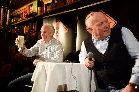 FOLKEMØTE: Per Olaf Lundteigen (Sp) og Per Bleikelia i tenke-samtale under mandagens folkemøte.