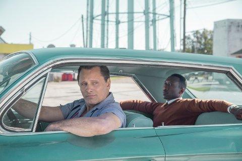 "Green Book: Viggo Mortensen som ""Tony Lip"" and Mahershala Ali som ""Don Shirley"" in GREEN BOOK."