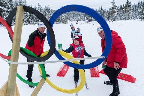 GJENNOM RINGENE: Marius fra Stortjernet barnehage kaster gjennom OL-ringene, mens instruktørene Henrik Moen og Nils Haavard Tronrud følger med.