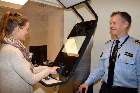 FINGERAVTRYKK: Anna Christine Opgård fra passkontoret sammen med politistasjonssjef Kjell Magne Tvenge i passkontorets ombygde lokaler. Her har de fått nye biometrikiosker.