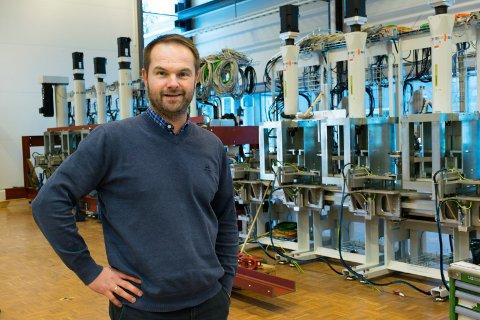 STORT OPPDRAG: I disse dager leverer salgsleder Øistein Røste og resten av staben ved Tronrud Engineering den nye maskinen til Nammo AS på Raufoss.