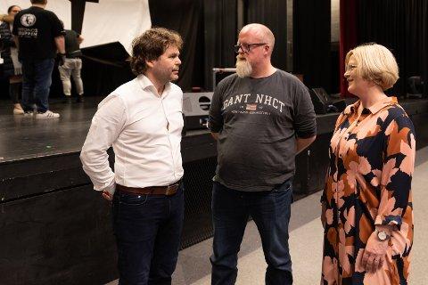 """TAKK: Rune Andersen fikk takk fra konsulenter fra Ringerike krise- og kompetansesenter. Michael Gisselbæk og Margrete Gjerdum fikk møte Rune tok i mot dem etter forestilling """"Lykkeliten"""". Han rettet selv en takk for arbeidet de gjør for voldutsatte barn."""