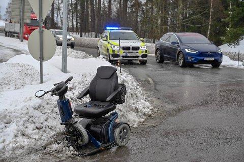 Den elektriske rullestolen ble skadet i sammenstøtet med bilen.